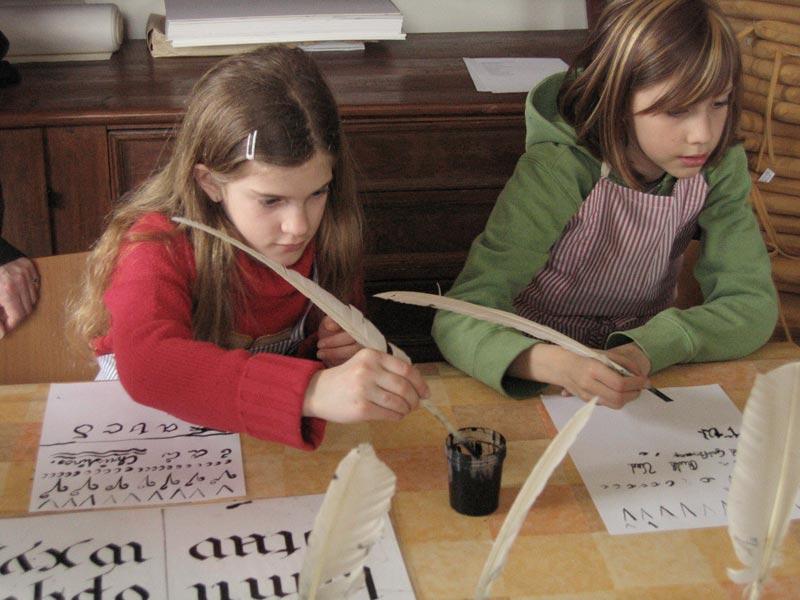 Mit Tinte und Federkiel schreiben lernen